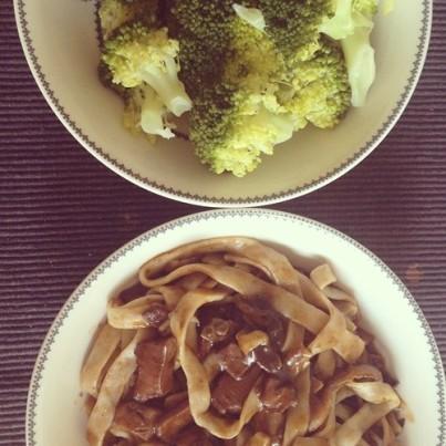 Guess who loves broccoli. Adivinad a quién le pierde el brócoli!